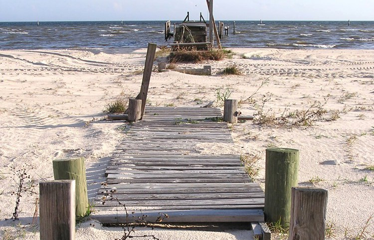 A broken pier on the beach in Waveland. By photographer: Shawn Lea from Jackson, MS, US.