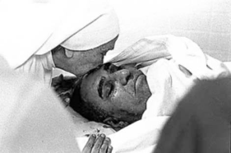 A Carmelite sister kisses the assassinated Romero. [http://www.laizquierdasocialista.org/node/1419]